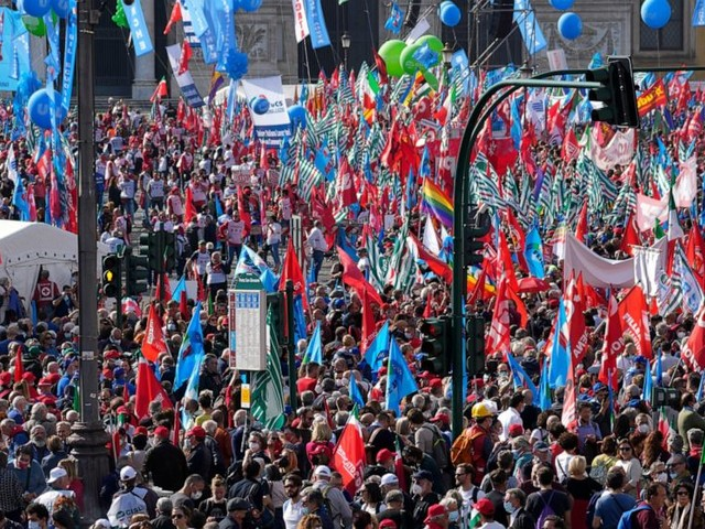 Tens of thousands demonstrate in Rome against neo-fascists