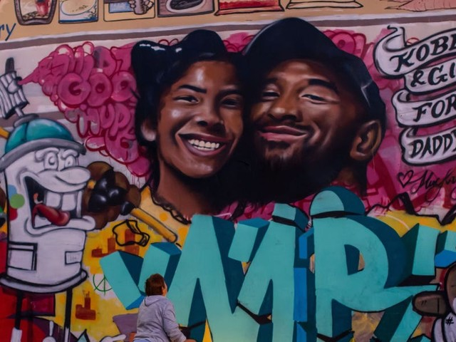 A stunning mural of Kobe and Gianna Bryant has appeared on a wall in Los Angeles