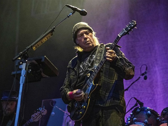 After Pot Delay, Neil Young Becomes US Citizen