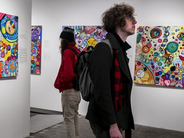 A Bothell artist goes to homeless shelters with empty canvases, and leaves with art