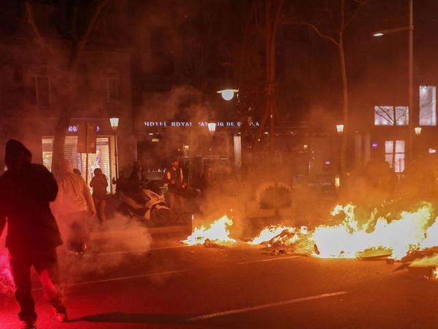 Spanish police fire rubber bullets after Barcelona protest demanding rapper's release descends into riots (VIDEOS)