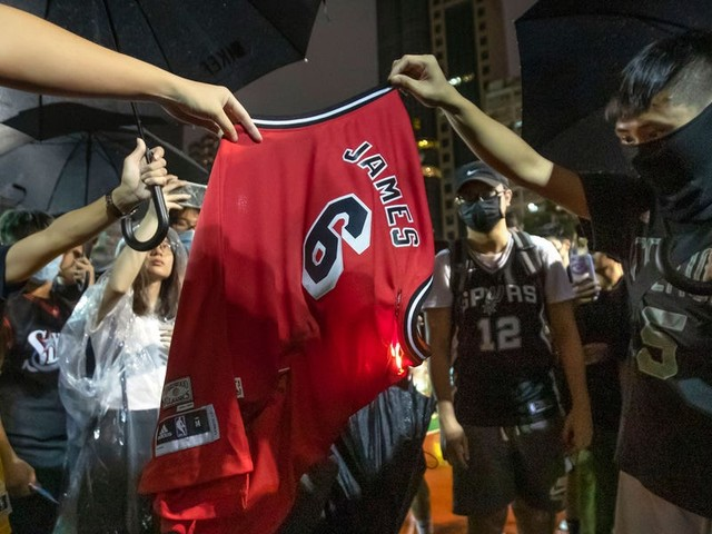 Hong Kong protesters burn LeBron James jersey after his response to Daryl Morey's controversial tweet