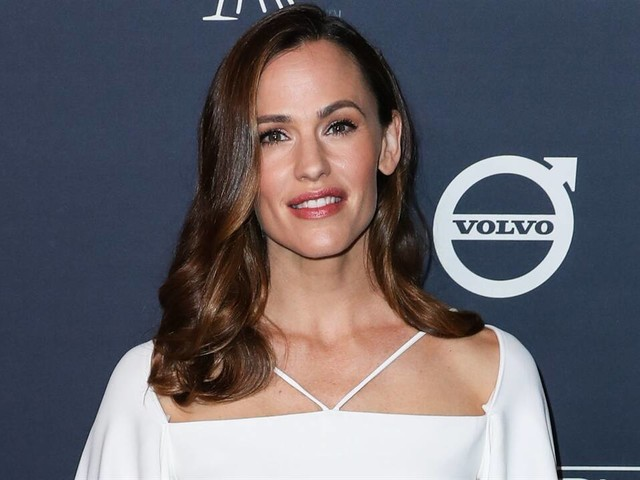 Jennifer Garner Jokes About Tinder Pic & Tyler C. Reacts