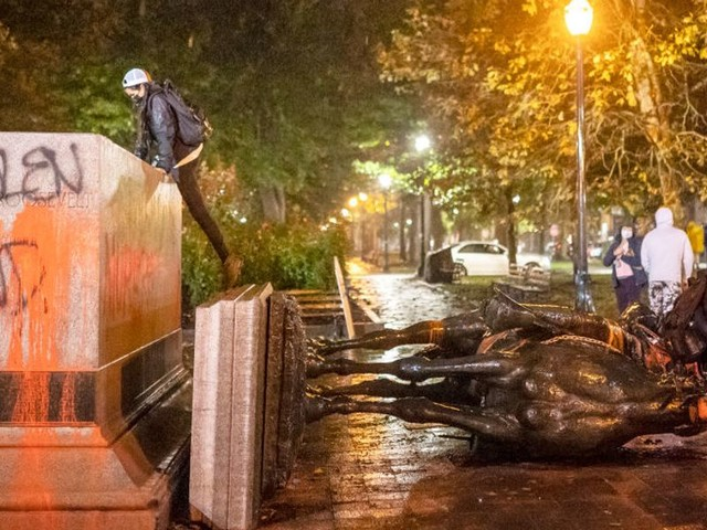 VIDEO: Portland rioters topple Abe Lincoln and Teddy Roosevelt statues in 'day of rage' against Columbus Day
