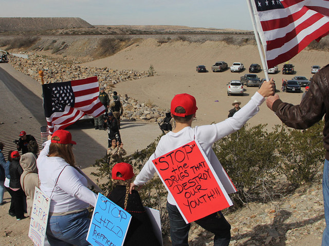 Trump supporters form human 'wall' along US-Mexico border: 'Build a wall!'