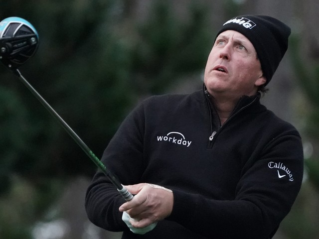 Opinion: Phil Mickelson feels anguish of lost opportunity at Pebble Beach