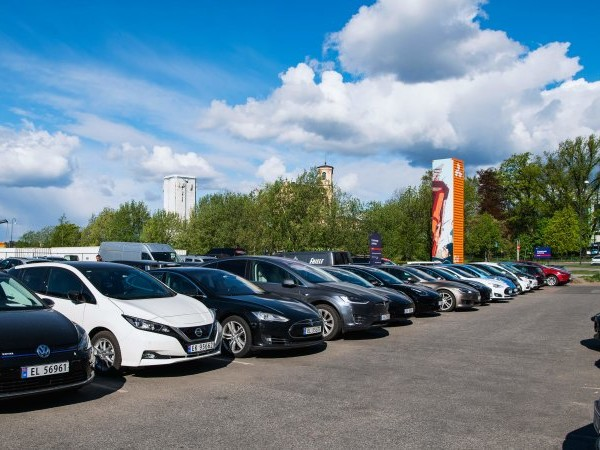 Electric cars rise to record 54% of market share in Norway in 2020