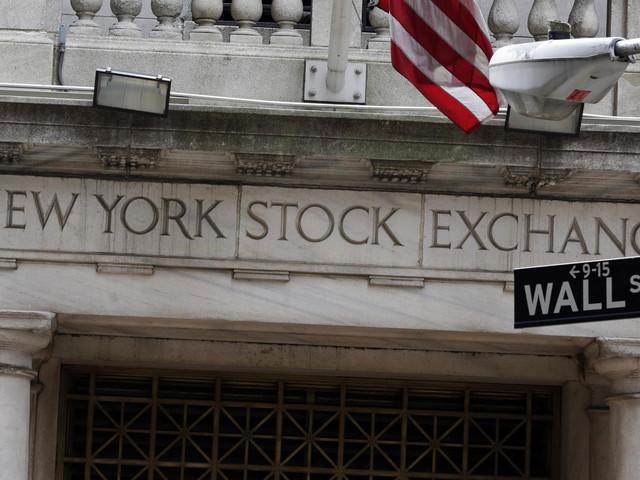 Stocks edge up, extending their winning streak