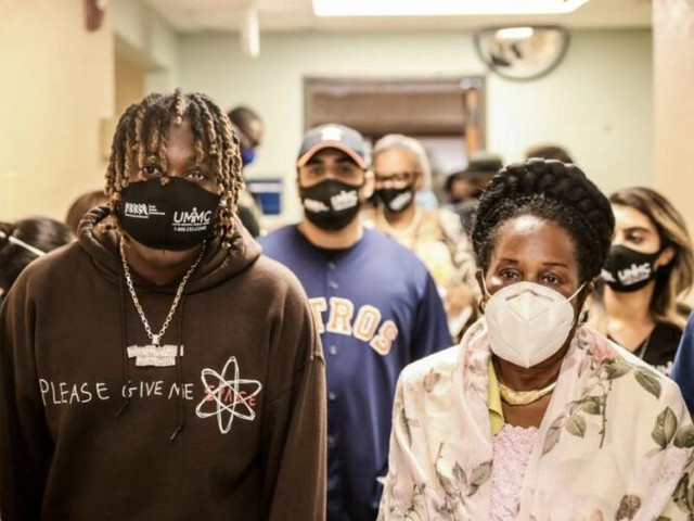 Houston rapper Don Toliver and Sheila Jackson Lee provide lunch for frontline workers
