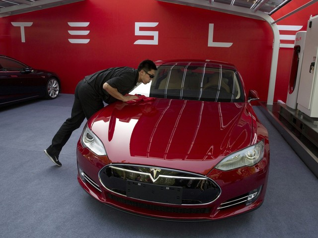 Tesla sinks after Musk says it'll reimburse customers for missed tax credits and some Model 3 prices get cut in China (TSLA)