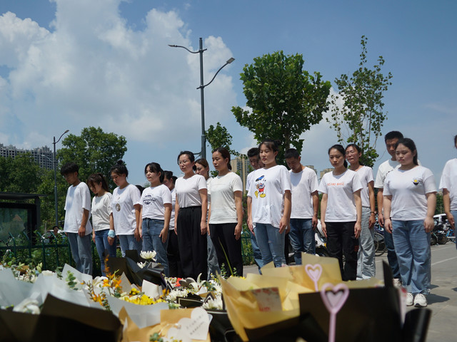 Residents mourn drowned subway riders in central China