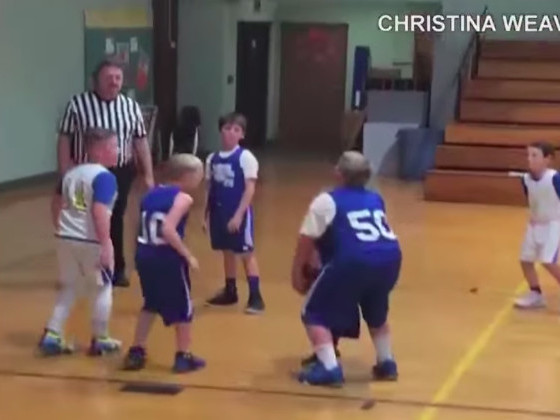 This kid did everything to help his teammate score a basket, and it's the best thing you'll see today