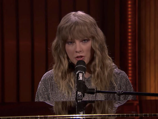 "Taylor Swift Debuts ""New Year's Day"" On 'The Tonight Show'"