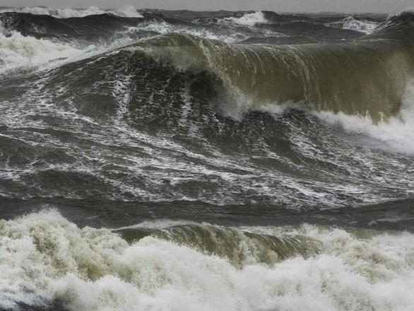 9-foot-high waves in UAE amid heavy rain