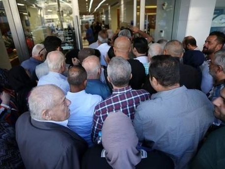 """""""Clients With Guns"""" Are Demanding Deposits From Crisis-Stricken Lebanese Banks"""