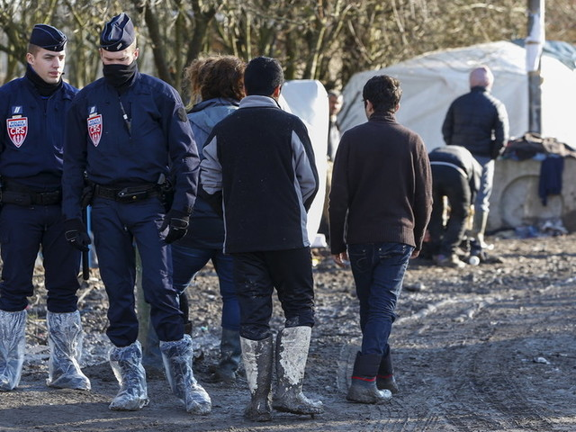 French police eject 800 migrants from Dunkirk makeshift camp