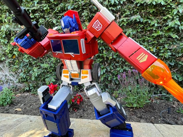 Playing with Hasbro's ultimate toy, the $750 self-transforming Optimus Prime
