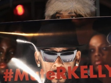 R. Kelly Supporters CLASH With #MuteRKelly Protesters Outside Chicago Studio + Azriel Clary's Family Says She Tried To Commit Suicide + Spring Break Concert Cancelled