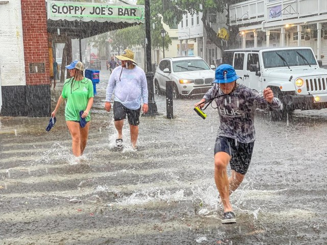Tropical storm kills 1 in Florida, hurts 10 at Georgia base