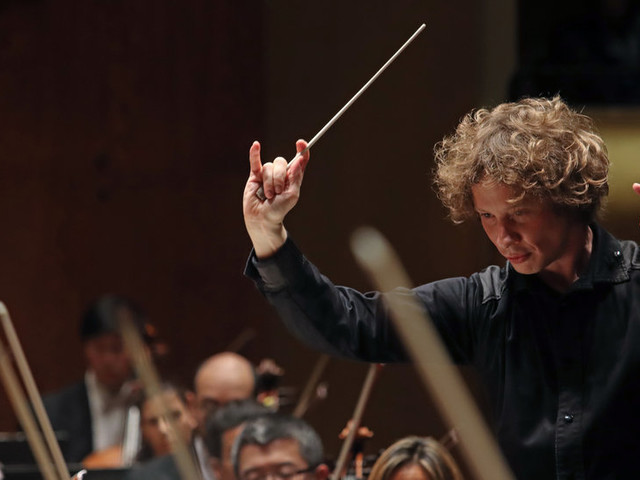Review: A Young Conductor Makes a Major Philharmonic Debut