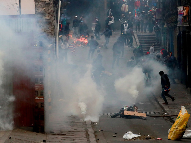WATCH Morales supporters tear-gassed in clashes with riot police as Bolivians protest unelected 'interim president' (VIDEO)