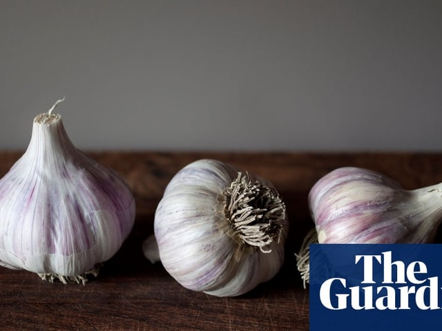 Garlic peeling: four techniques put to the test after Twitter melts down over viral video