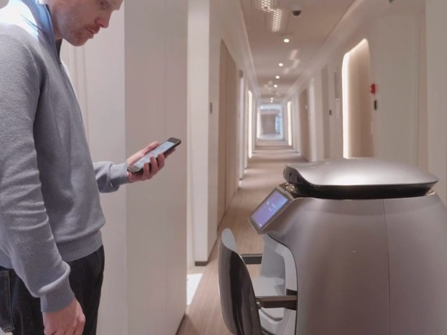 Chinese e-commerce giant Alibaba has a hotel run almost entirely by robots that can serve food and fetch toiletries — take a look inside (BABA)
