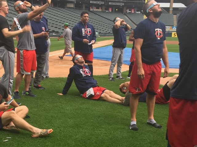 Twins in Chicago: Pregame eclipse viewing around home plate