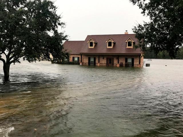 Hurricane Lorena lashes Mexico tourist destination in wake of Imelda