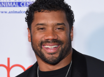 WE STAN A GENEROUS KING: Russell Wilson Gifts Seahawks Lineman With A $ Gift That Keeps On Giving
