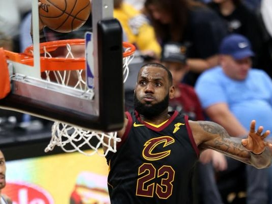 LeBron promises sick child he will dunk on Lonzo Ball, gives rookie advice