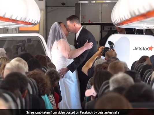 Couple Who Met While Playing Game About Airports Gets Married On A Plane