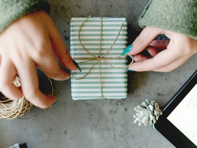 10 Engagement Gift Ideas To Send Your Friend That Are Cool & Useful