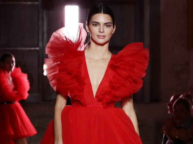 Kendall Jenner Rocks Two Looks at Giambattista Valli Loves H&M Show in Rome!