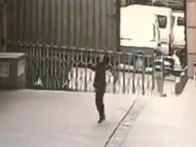 Guard dies trying to catch suicide jumper