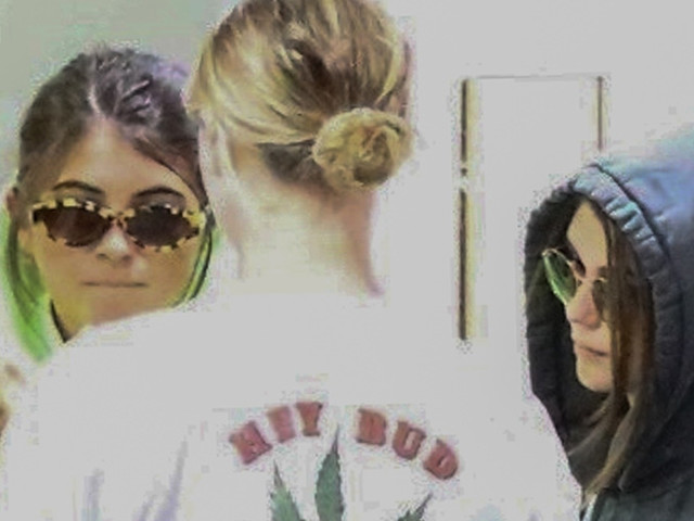 Olivia Jade & Sister Bella Giannulli Join Friends For Mani Pedi Appointment