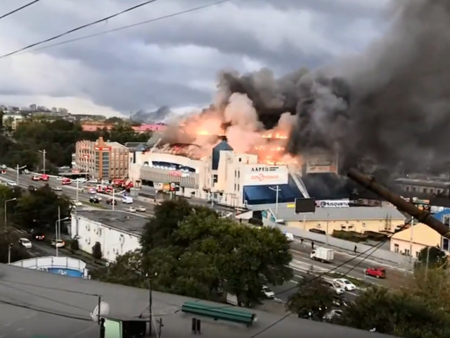 HUGE blaze engulfs shopping mall in Vladivostok, Russia (VIDEOS)