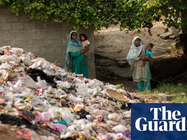 Pakistan expands ban on plastic bags as inspectors are caught in shop spat