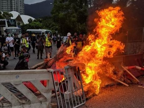 """Burn With Us"" - Protesters Clash With Riot Police At Hong Kong Airport Amid Surge Of Violence"