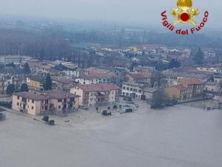 Italy: helicopters ferry flood victims to safety