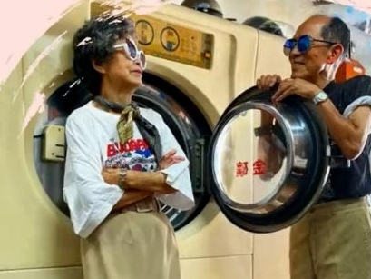 Watch: Elderly laundromat owners' fashion photos go viral
