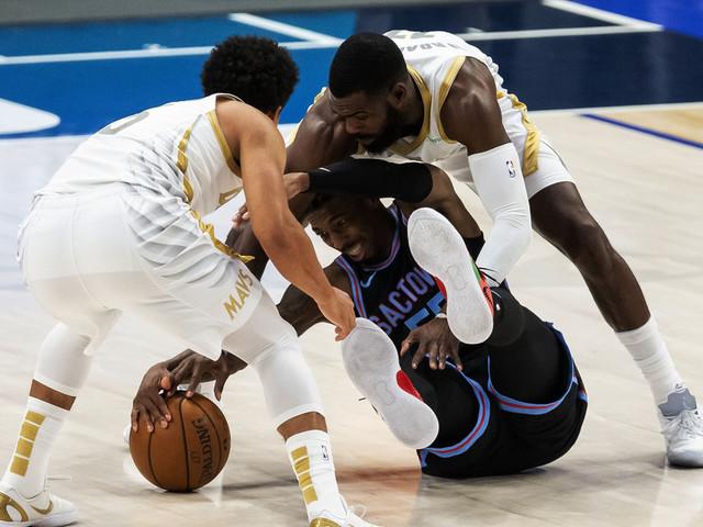Kings snap 9-game losing streak, beat Mavericks 121-107
