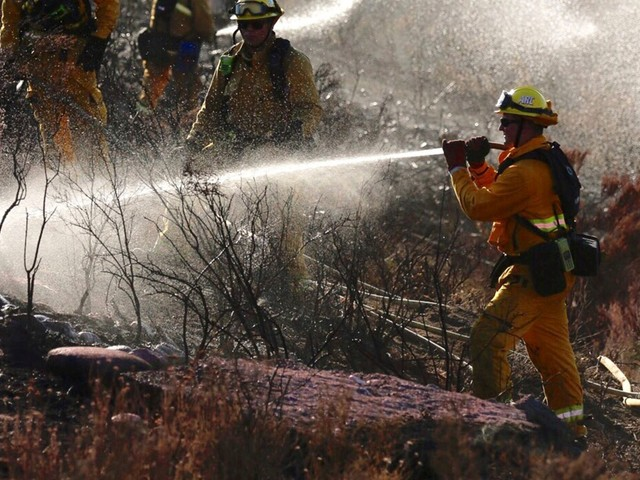 Battle continues against 870-acre wildfire burning along 14 Freeway in Santa Clarita