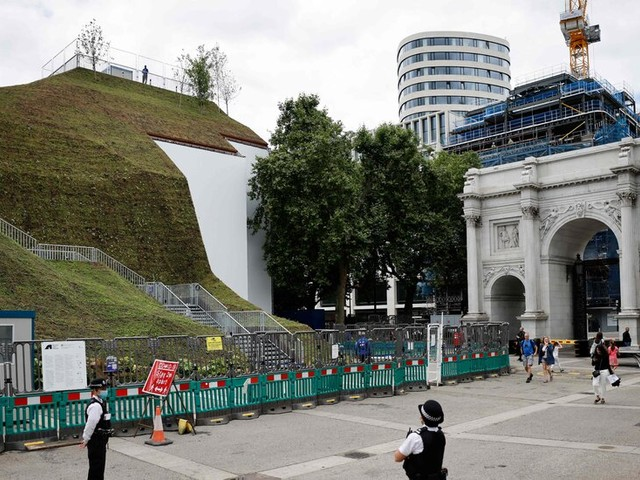Londoners Were Promised a Hill With a View. They Got a Pile of Scaffolding.