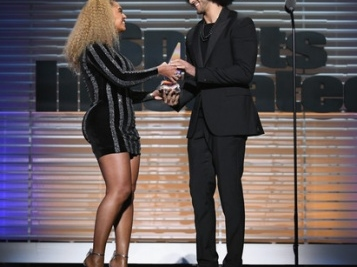 WATCH: Beyoncé Pulled Up At The Sports Illustrated Show To Hand Colin Kaepernick The Muhammad Ali Award