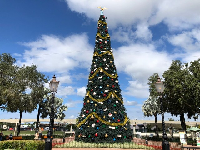 Let's Take a Look at EPCOT's Holiday Decorations!