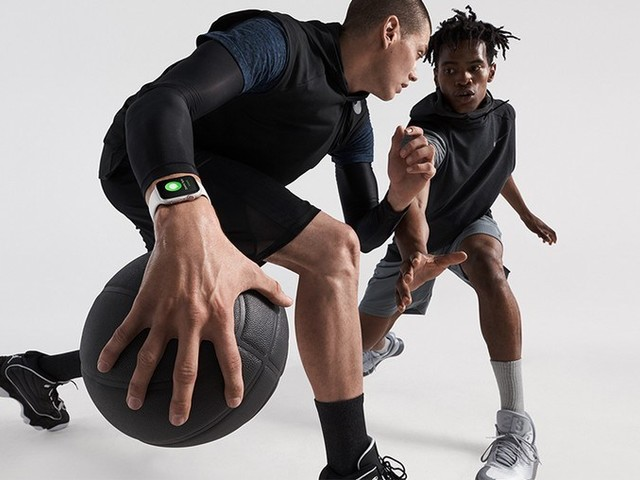 NFL Quarterback Hit With $5,000 Fine For Wearing Apple Watch On The Sidelines