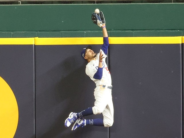 Mookie Betts makes another stunning catch to rob Freddie Freeman in Game 7