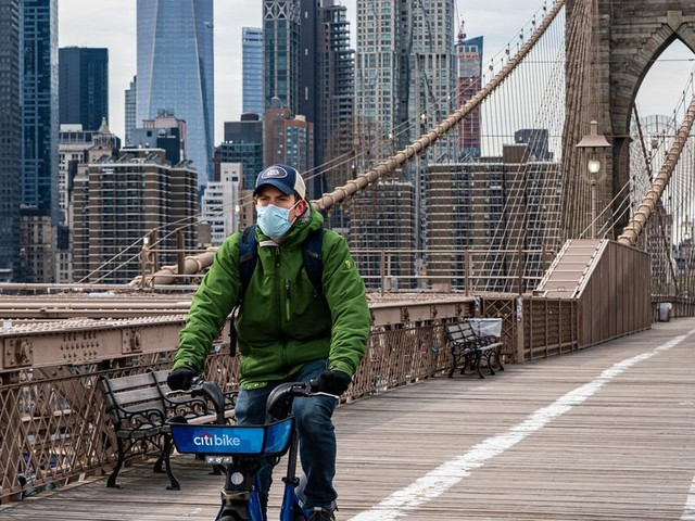 Haunting photos of the Brooklyn Bridge show how the coronavirus pandemic turned New York City into a ghost town