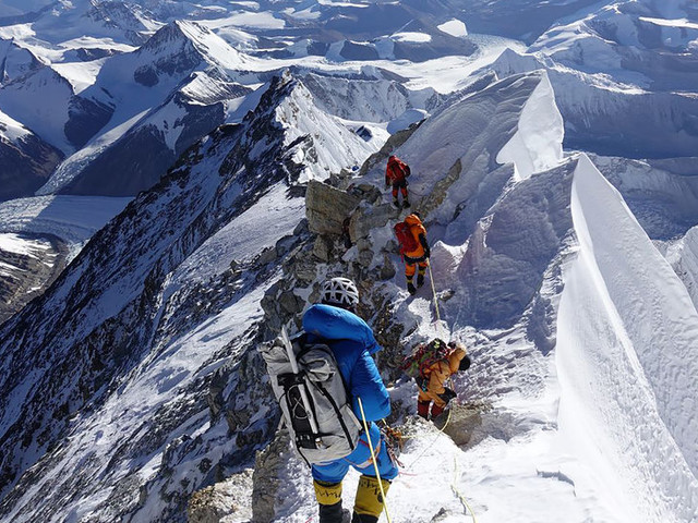 On Everest, a Trail of Old and Faulty Oxygen Equipment